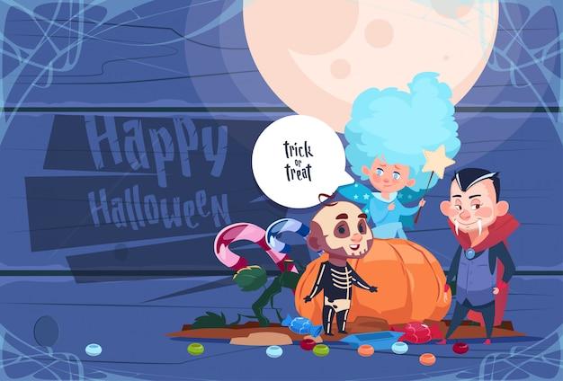 Nettes kinderabnutzungs-schläger-kostüm mit kürbis, glückliches halloween-partei-feier-konzept