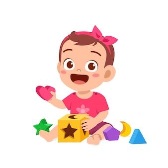 Nettes kleines baby, das mit buntem puzzlespiel spielt