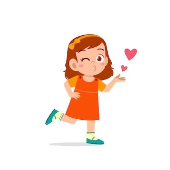 Nettes kleines kind mädchen zeigen liebe und kuss pose ausdruck