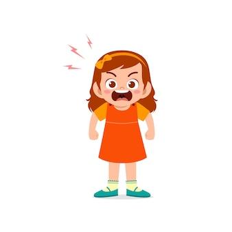 Nettes kleines kindermädchen stehen und zeigen wütenden posenausdruck