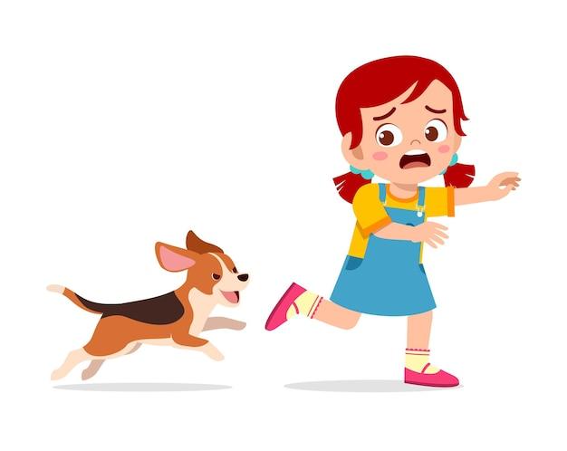 Nettes kleines mädchen, das angst hat, weil es von einem bösen hund verfolgt wird