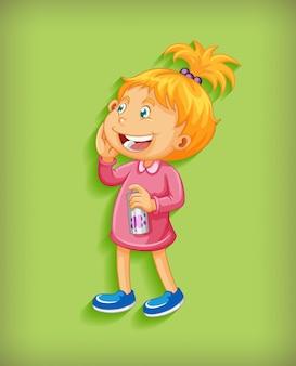 Nettes kleines mädchen, das in stehender position cartoonfigur auf grünem hintergrund lächelt