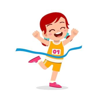Nettes kleines mädchen läuft im marathonrennen und gewinnt