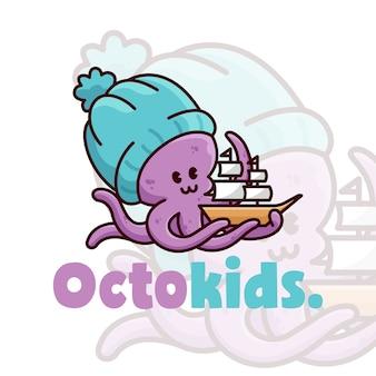 Nettes kleines oktop, das mit einem schiffspielzeug spielt