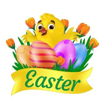 Nettes lächelndes gelbes küken, das gemalte eier auf dem gras mit orangefarbenen tulpen und osterband umarmt. illustration lokalisiert auf weißem hintergrund. kann für grußkarten-design oder web-banner verwendet werden