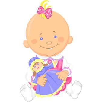 Nettes lächelndes sitzendes baby, das mit einer spielzeugpuppe spielt