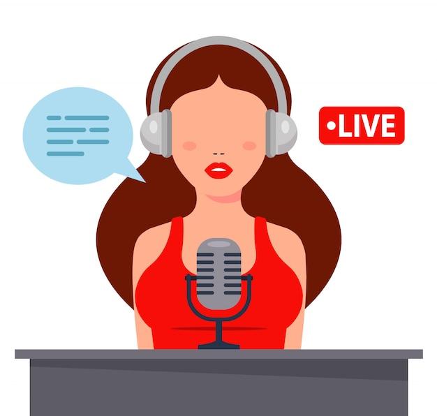 Nettes mädchen in kopfhörern zeichnet podcast auf einem mikrofon auf. flache zeichenillustration
