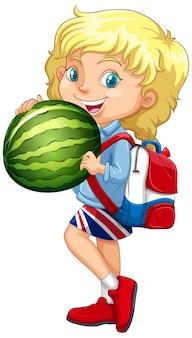 Nettes mädchen mit blondem haar, das eine wassermelone in stehender position hält