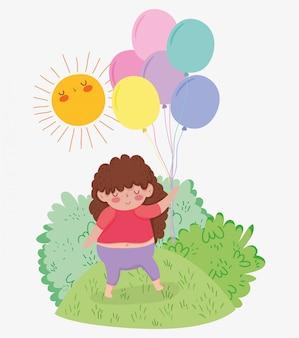 Nettes mädchen mit frisurenspiel mit ballonen