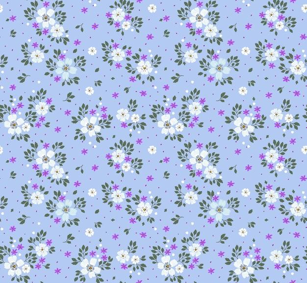 Nettes muster in kleinen blauen blumen. heller lila hintergrund. nahtloses blumenmuster.