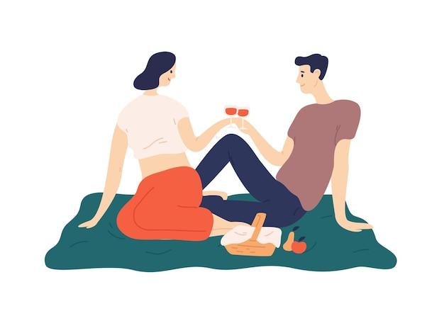 Nettes paar, das wein während des romantischen datums im freien trinkt