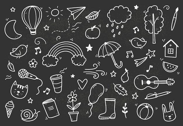 Nettes tafelgekritzel mit wolke, regenbogen, sonne, tierelement. handgezeichnete linie kinderstil. doodle-hintergrund-vektor-illustration.
