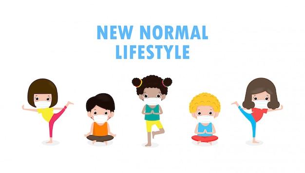 Neuer normaler lebensstil, yoga mit niedlichen gruppenkindern, die asana tun und medizinische masken tragen, um krankheit coronavirus (2019-ncov) covid-19 zu verhindern, isoliert auf weißem hintergrund. yoga körperhaltung vektor