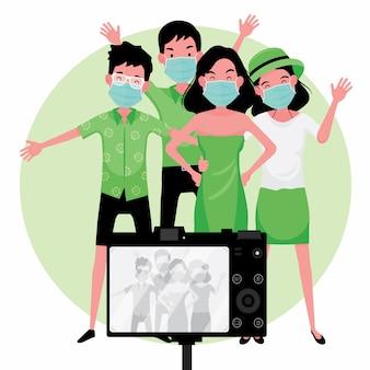 Neuer normaler reisetrend: eine gruppe von touristen macht ein foto, während sie masken tragen