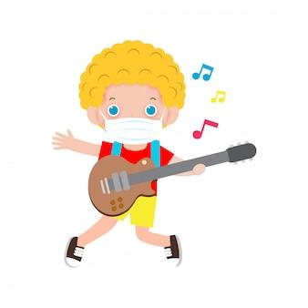 Neues normales lebensstilkonzept süßes kind, das gitarre spielt und eine chirurgische medizinische schutzmaske trägt, um coronavirus oder covid 19 zu verhindern. musikalische leistung. isoliert abbildung isoliert
