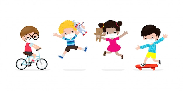 Neues normales lifestyle-konzept. glückliche gruppe von kindern, die gesichtsmaske tragen, spielzeug und soziale distanzierung schützen coronavirus covid-19, kinder und freunde zurück zur schule isoliert