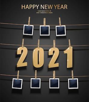 Neujahrshintergrund mit goldenen buchstaben und fotorahmen, die auf der speicherplatine hängen. feier hintergrund.
