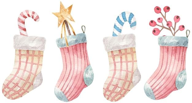 Neujahrskarte mit süßen farbigen socken mit zweigen, süßigkeiten und dekor, aquarellillustration