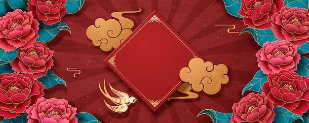 Neujahrsvorlage mit pfingstrosenblumen und goldener schwalbe, gestreifter roter hintergrund