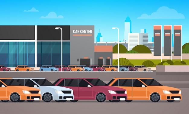 Neuwagen über autohaus-ausstellungsraum-gebäude
