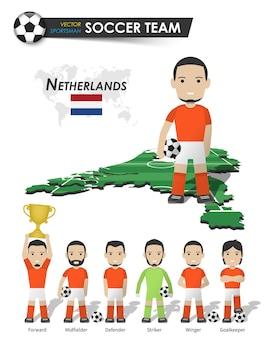 Niederländische fußballnationalmannschaft. fußballspieler mit sporttrikot stehen auf der landkarte des perspektivfeldes und der weltkarte. set von fußballspielerpositionen. flaches design der zeichentrickfigur. vektor.