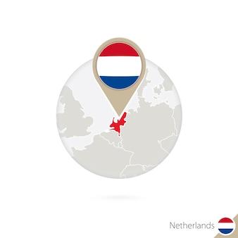 Niederlande karte und flagge im kreis. karte von niederlande, niederländischer flaggenstift. karte der niederlande im stil der welt. vektor-illustration.