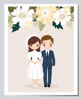Niedliche braut- und bräutigamkarikatur auf blumenhochzeits-einladungskarte