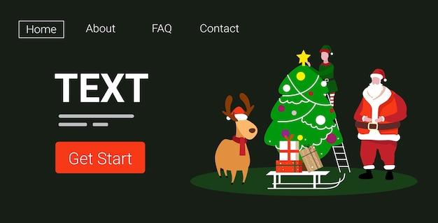 Niedliche elfe santa und hirsch stehen zusammen in der nähe von tannenbaum frohe weihnachten frohes neues jahr urlaub feier konzept landing page