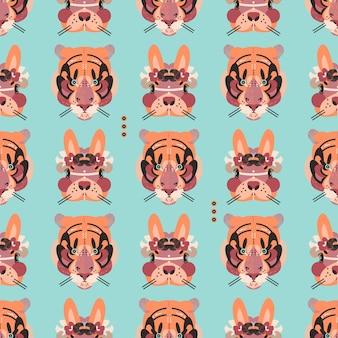 Niedliche entzückende tiger- und hasengesichter in einem nahtlosen muster