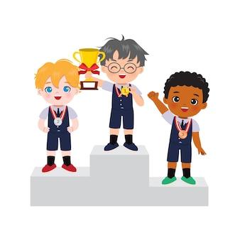 Niedliche jungen in schuluniform, die als gewinner der gold-, silber- und bronzemedaille auf dem podium stehen.