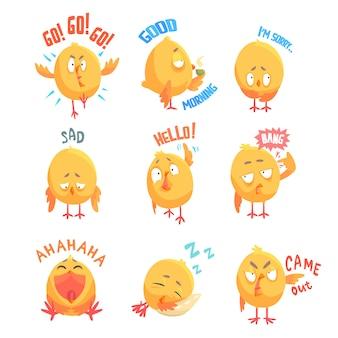 Niedliche karikaturhühnerfiguren mit verschiedenen emotionen und phrasen setzen illustrationen