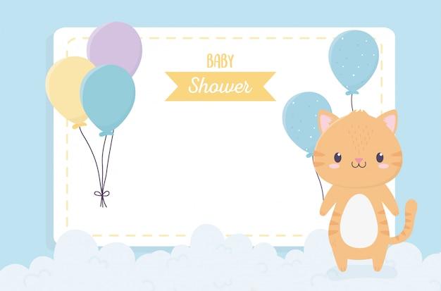 Niedliche kleine katze der babyparty steigt wolkeneinladungskarte im ballon auf