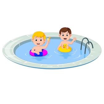 Niedliche kleine kinder, die mit aufblasbarer kreiskarikatur schwimmen