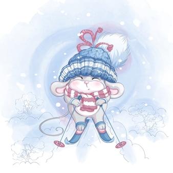 Niedliche kleine maus in einer großen strickmütze fährt ski.