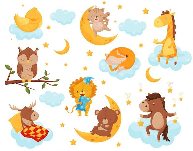 Niedliche kleine tiere, die unter einem sternenhimmel schlafen, schönes huhn, katze, giraffe, pferd, bär, hirsch, eule, die auf wolken schläft, gutes nachtgestaltungselement, süße träume illustration