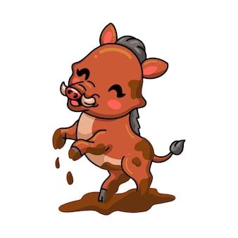 Niedliche kleine wildschweinkarikatur, die einen schlamm spielt