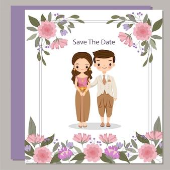 Niedliche thailändische braut und bräutigam im trachtenkleid auf blumenhochzeits-einladungskarte