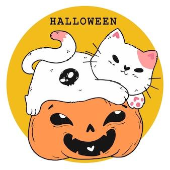 Niedliche weiße katze spielen auf sehnsüchtigem lächeln orange kürbis halloween