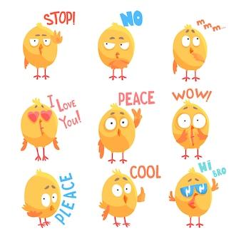 Niedliche zeichentrickfilm-comic-hühnerfiguren mit verschiedenen emotionen und phrasen setzen illustrationen