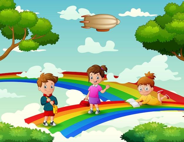 Niedlicher cartoon die kinder auf dem regenbogen