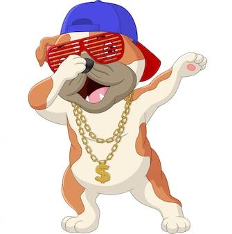 Niedlicher hund, der tragende sonnenbrille, hut und goldhalskette des tanzes überspielt