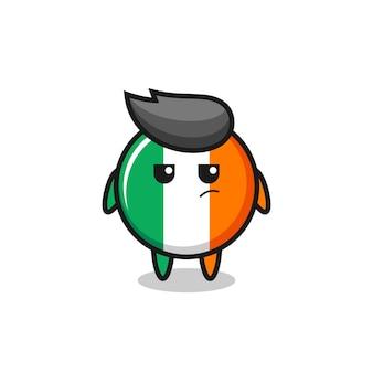 Niedlicher irland-flaggen-abzeichen-charakter mit verdächtigem ausdruck, süßes design für t-shirt, aufkleber, logo-element