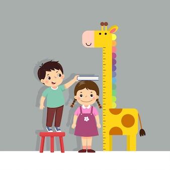 Niedlicher karikaturjunge der vektorillustration, der höhe des kleinen mädchens mit giraffenhöhentabelle an der wand misst.