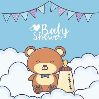 Niedlicher teddybär der babyparty mit flaschenkarte