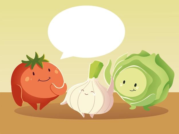 Niedlicher tomatensalat und zwiebel sprechender gemüsekarikatur detailliert