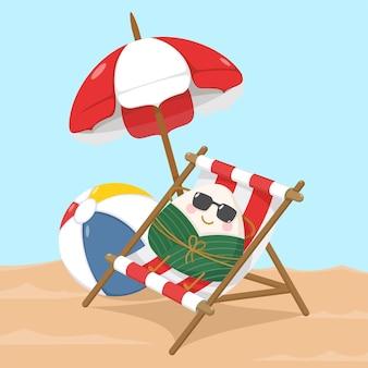 Niedlicher und kawaii chinesischer klebriger reisknödel-zongzi-charakter, der auf strandkorb bräunt