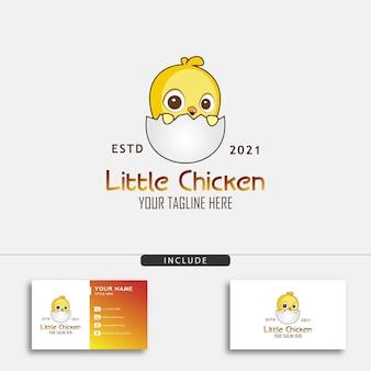 Niedliches kleines hühnerlogo-designkonzept mit kleinem huhn, das aus einem ei geschlüpft ist