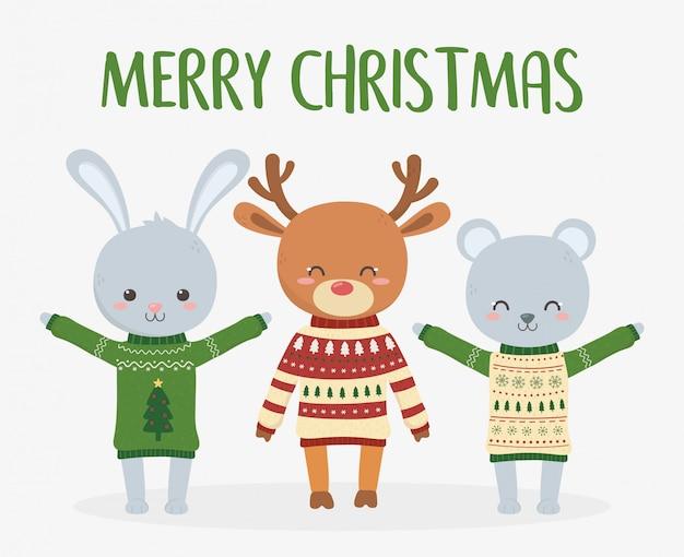 Niedliches rotwildkaninchen und -bär der feier der frohen weihnachten mit hässlicher strickjacke