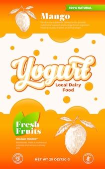 Obst und beeren joghurt etikettenvorlage. abstrakter vektor-molkereiverpackungs-design-layout. moderne typografie-banner mit blasen und handgezeichneter mango mit blätter-skizzen-silhouette-hintergrund. isoliert