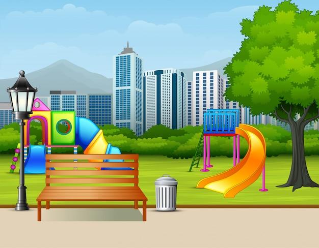 Öffentlicher garten des städtischen sommers mit kinderspielplatz